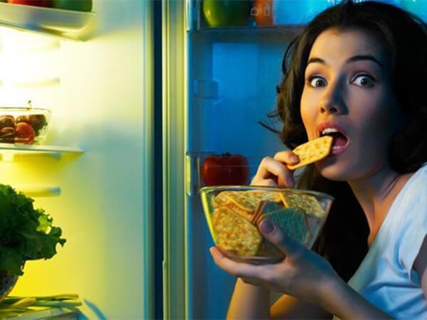 Tại sao bạn lại thèm đồ ăn khủng khiếp vào ban đêm?