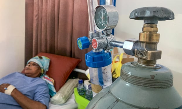 Marie-Jeanne Ngalula phải thở oxy ở khu vực điều trị COVID thuộc bệnh viện Mama Yemo tại thủ đô Kinshasa. Ảnh: Lisa Murray