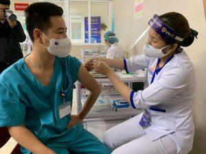 Có cần chích mũi thứ 3 vaccine COVID-19 cho người bình thường?