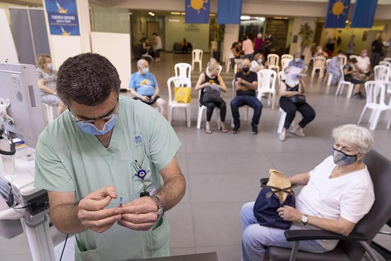 Ảnh: Các chương trình tiêm bổ sung vắc-xin COVID-19 đã bắt đầu ở Israel và dữ liệu về hiệu quả của chúng đang bắt đầu được cung cấp. Nguồn ảnh: Kobi Wolf / Bloomberg via Getty.